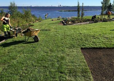 Viimeistelytyöt käynnissä merenrantakohteessa Oulunsalossa.